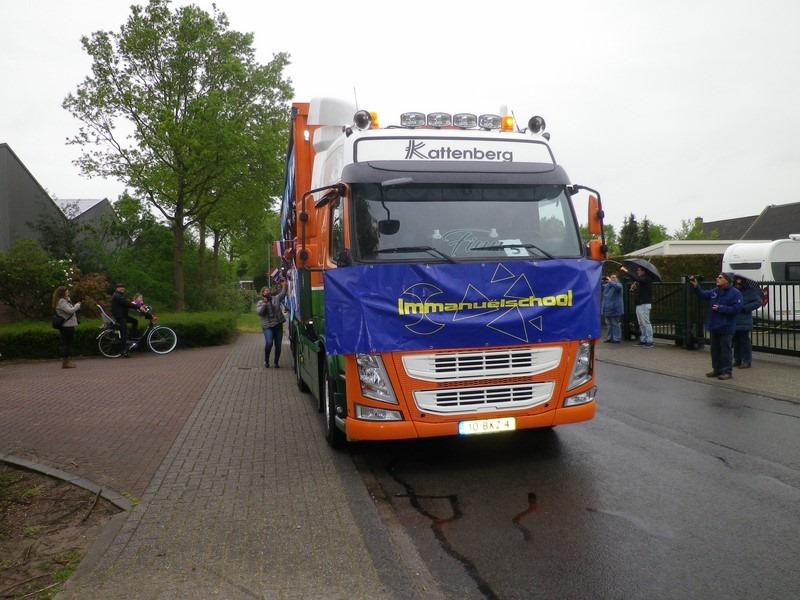 vrachtwagen versierd in optocht schoolbanner