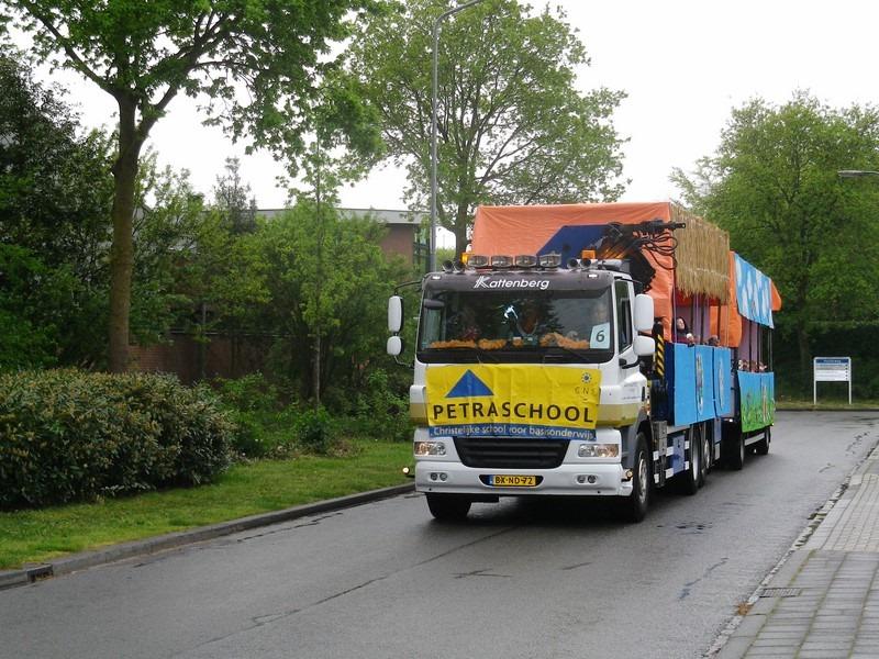 versierde vrachtwagen voor optocht koningsdag