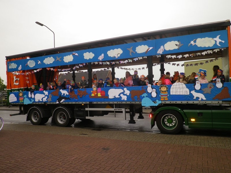kinderen in vrachtwagen met schuifzeil versierd