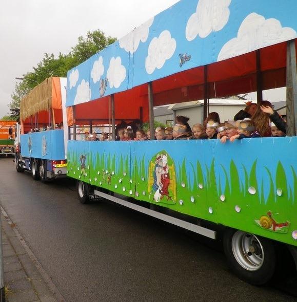kinderen in vrachtwagen schuifzeil versierd