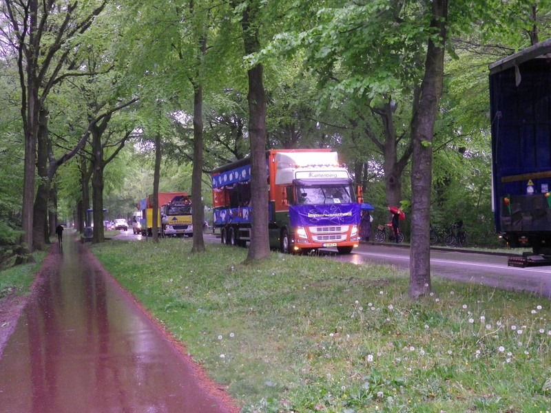 vrachtwagen in optocht
